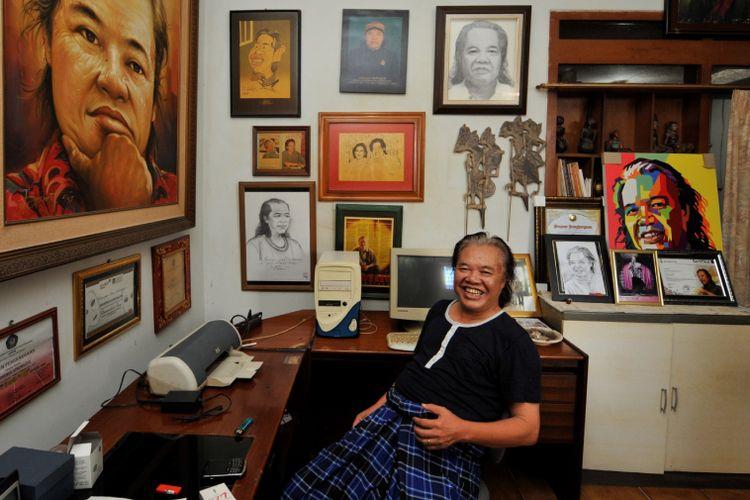 Arswendo Atmowiloto di ruang kerja di rumahnya di kawasan Jakarta Selatan, Kamis (27/6/2013)