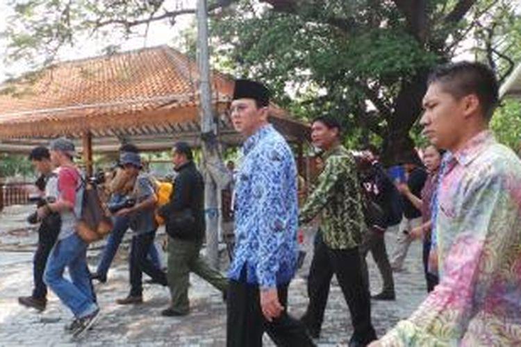 Pelaksana Tugas (Plt) Gubernur DKI Jakarta Basuki Tjahaja Purnama (Ahok) meninjau proyek pembangunan tempat penampungan pedagang kaki lima (PKL) di lapangan IRTI Monas, Senin (10/11/2014).