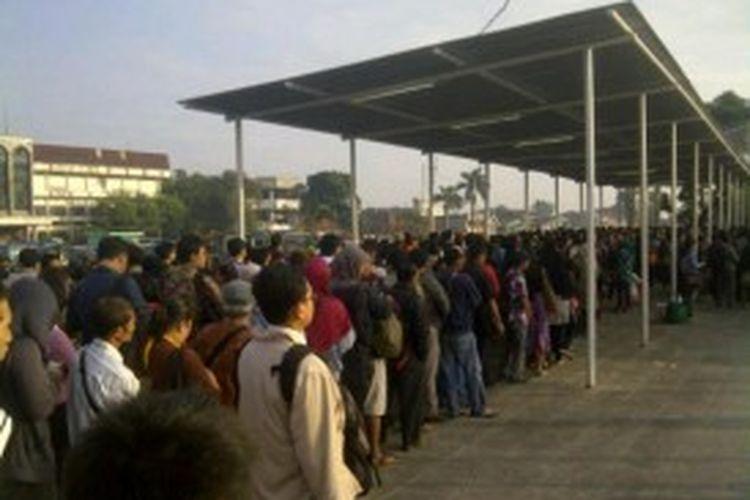 Antrean penumpang di Stasiun Besar Bogor, Jawa Barat, di hari pertama berlakunya tarif progresif, Senin (1/7/2013).