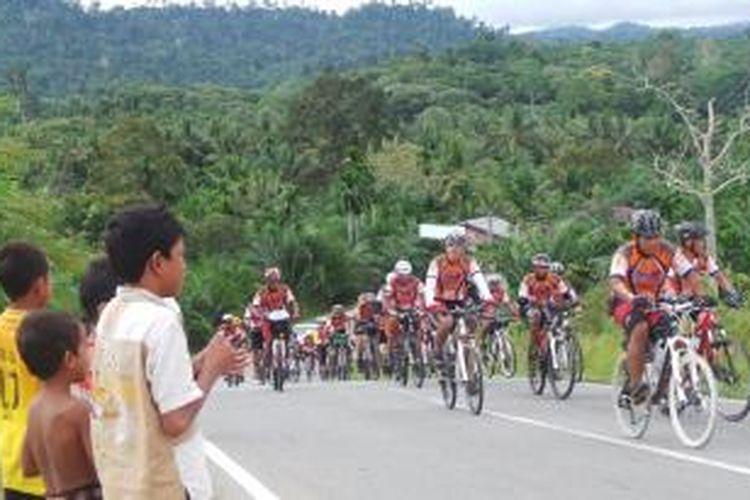 Peserta Jelajah Sepeda Sabang-Padang lewati jalan menanjak menuju Subulussalam, Aceh Selatan, Jumat (6/9/2013).