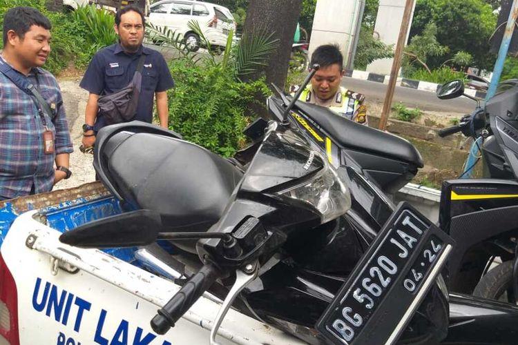 Sepeda motor milik Ika Zalina (29) yang tewas dilindas truk molen pengangkut semen yang melintas di  Jalan Noerdin Panji, Kecamatan Sukarami, Palembang, Sumatera Selatan, Jumat (3/1/2020).