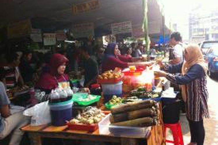 Pedagang menjajakan dagangannya berupa hidangan untuk berbuka puasa di depan Pasar Bendungan Hilir, Kamis (11/7/2013)