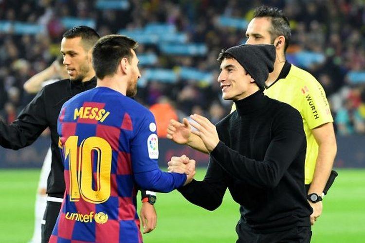 Lionel Messi (kiri) dan Marc Marquez (kanan) bersalaman menjelang laga Barcelona vs Real Madrid di Stadion Camp Nou pada 18 Desember 2019.