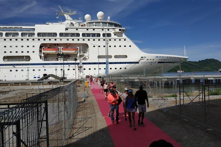 Sejumkah wisatawan, penumpang Kapal Pesiar Columbus,,Sekasa (10/3/2020) turin dari kapal untuk menikmati keindahan Lombok. Mereka telah melewati serangkaian pemeriksaan yang ketat dari oetugas Kantor Kesehatan Pelabuhan (KKP) Kelas II Mataram.
