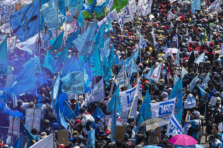 Massa buruh berunjuk rasa di depan kompleks Parlemen, Senayan, Jakarta, Selasa (25/8/2020). Dalam aksinya itu ribuan buruh menolak omnibus law draf pemerintah dan menuntut agar PHK massal dampak COVID-19 dihentikan.
