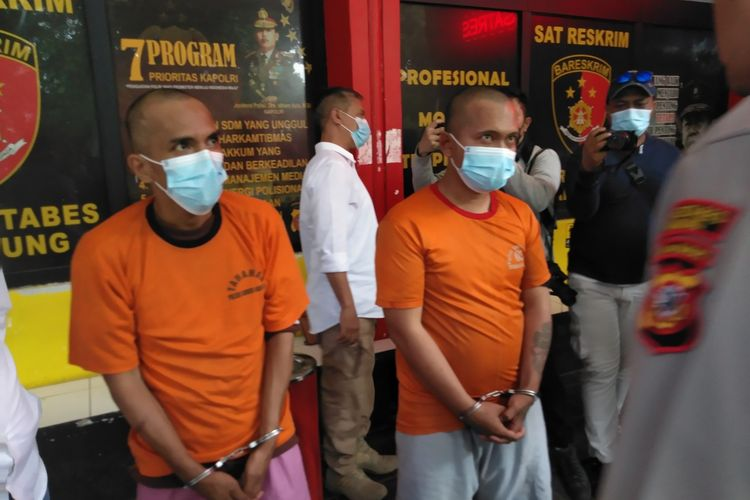 Tampak dua pelaku penipuan yang berpura-pura sebagai anggota kepolisian bagian dari Tim Prabu Polrestabes Bandung. Keduanya kini ditangkap dan meringkuk di jeruji besi, polisi bahkan menghadiahi timah panas pada kaki salah satu pelaku yang ternyata residivis.