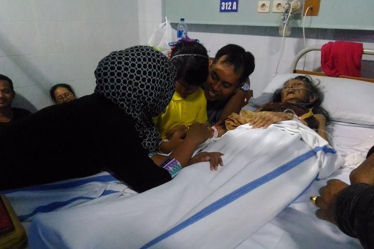 Setyo Utomo, penjual gudeg yang akrab disapa Mbah Lindu terbaring di Rumah Sakit Panti Rapih, Jalan Cik Di Tiro nomor 30, Kelurahan Caturtunggal, Kecamatan Depok, Kabupaten Sleman, Sabtu (1/7/2017)
