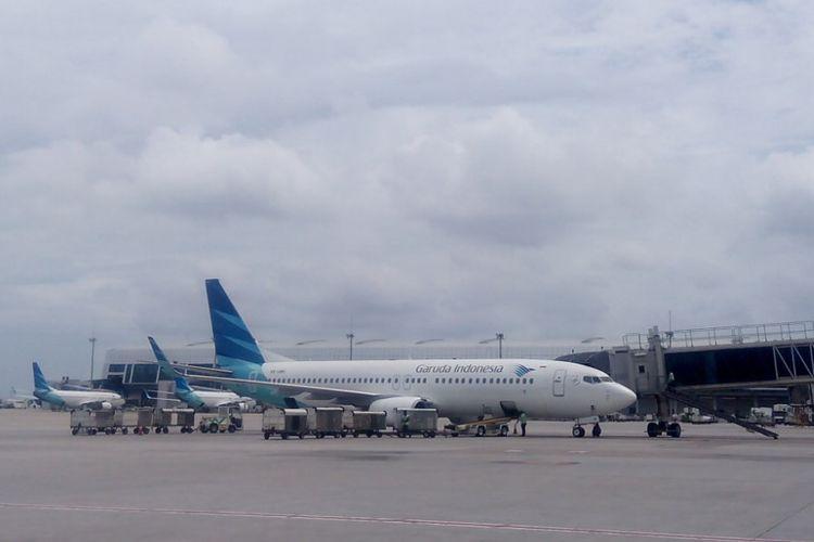 Pesawat Garuda Indonesia terparkir di apron Terminal 3 Bandara Soekarno-Hatta, Tangerang Banten, Minggu (10/2/2019).
