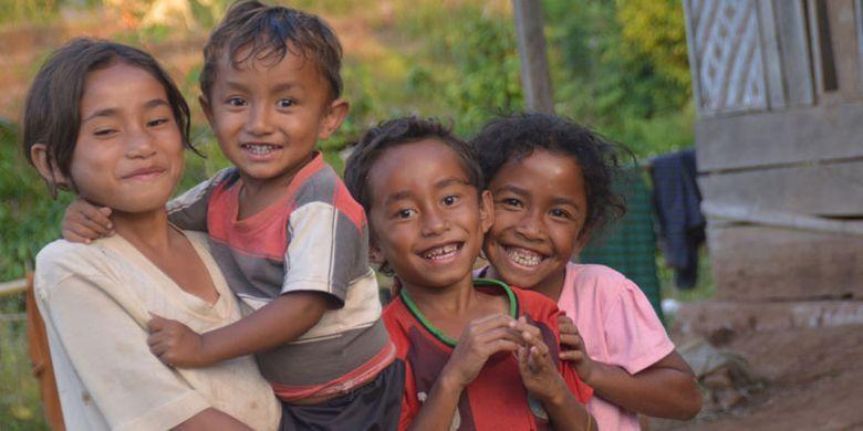 Kecerian anak-anak di Kampung Wajur, Desa Wajur, Kecamatan Kuwus, Kabupaten Manggarai Barat, Nusa Tenggara Timur, Jumat (25/8/2017) sebelum melihat senja di ujung barat Pulau Flores.