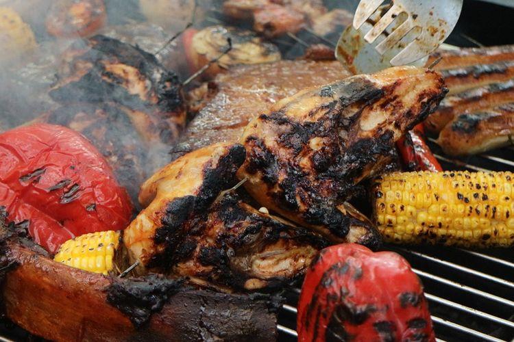 Daging dan beberapa bahan lainnya seperti jagung dan paprika tengah masuk dalam proses memanggang teknik barbekyu. Teknik ini daging tidak sampai kena api langsung melainkan hanya dimanfaatkan panasnya saja, berbeda dengan grill yang api langsung mengenai daging.