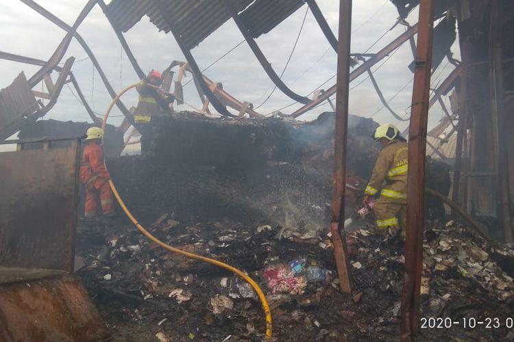Sebuah Gudang Kardus di Cengkareng Terbakar pada Jumat (23/10/2020) pukul 03.20. Kebakaran diduga disebabkan oleh hubungan pendek arus listrik,