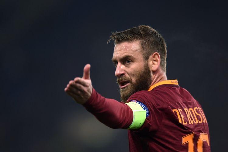 Daniele De Rossi bereaksi ketika AS Roma melawan Olympique Lyon pada partai perempat final Liga Europa di Stadion Olimpico, 16 Maret 2017.