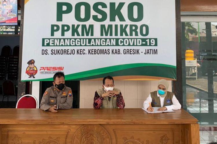 Anggota tim pakar Satgas Penanganan Covid-19 Diana (kanan), saat meninjau pelaksanaan PPKM Mikro di Desa Sukorejo, Kecamatan Kebomas, Gresik, Kamis (6/5/2021).