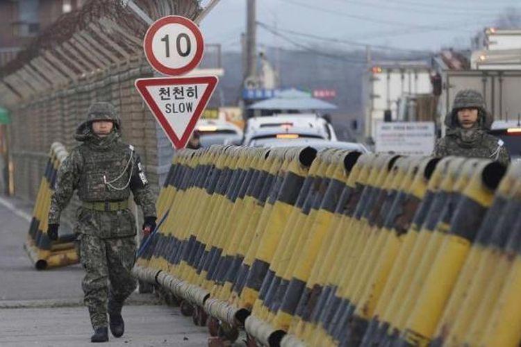 Tentara Korea Selatan berjalan di jembatan unifikasi yang mengarah ke zona demiliterisasi, di area kantor bea cukai, imigrasi, dan karantina di dekat desa perbatasan Panmunjom, Paju, Korea Selatan, Kamis (11/2/2016). Korea Selatan membekukan Kawasan Industri Kaesong mengecam peluncuran roket yang dilakukan Korea Utara.
