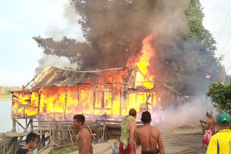 Warga membantu memadamkan api di Desa Londrang Kecamatan Kumpeh Kabupaten Muaro Jambi, pada Jumat (14/8/2020) pagi. Dokumen istinewa.