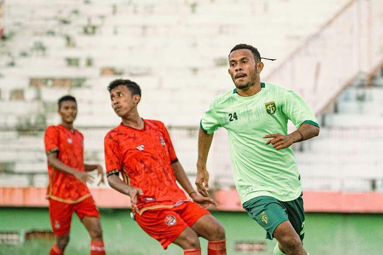 Pemain trial Persebaya Surabaya, Daud Irfan Kararbo saat ujicoba melawan Persekat Tegal di Stadion Gelora Sidoarjo, Jawa Timur, Kamis (03/06/2021) sore.