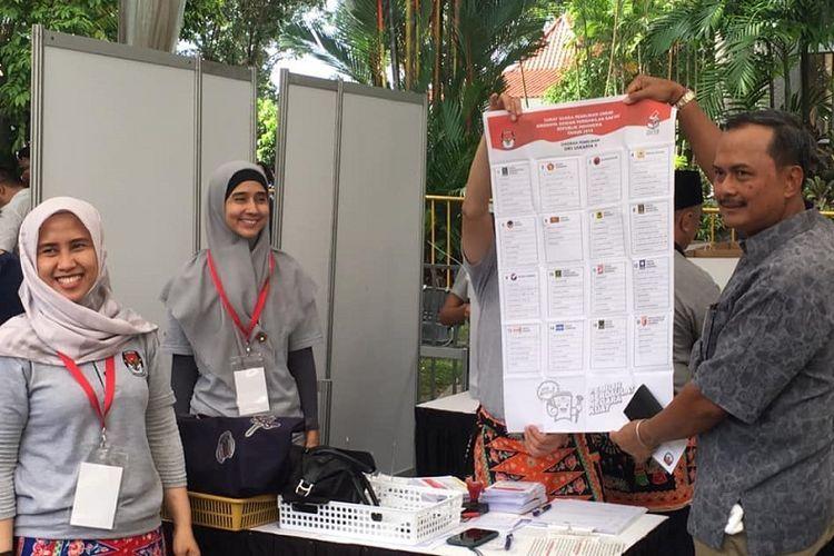 Petugas TPS menunjukan kepada Duta Besar Indonesia untuk Singapura Ngurah Swajaya surat suara Pemilihan Legislatif (pileg) 2019 yang akan dicoblos. (KOMPAS.com/ERICSSEN)