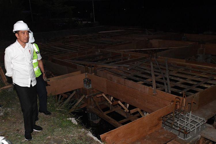 Presiden Joko Widodo meninjau perkembangan pembangunan Pelabuhan Penyeberangan Muara di Tapanuli Utara, Sumatera Utara, Senin (29/7/2019). Dermaga Muara diproyeksikan akan menjadi pintu masuk wisatawan menuju daerah-daerah lainnya yang berada di pinggiran Danau Toba.