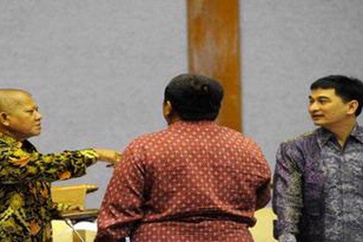 Ketua Badan Legislasi (Baleg) DPR Ignatius Mulyono (kiri) berbincang dengan Wakil Ketua Baleg DPR Achmad Dimyati Natakusumah (kanan) usai rapat pleno membahas RUU tentang Perubahan Atas UU Nomor 42 Tahun 2008 tentang Pemilihan Umum Presiden dan Wakil Presiden di Kompleks Parlemen, Senayan, Jakarta, Selasa (4/12/2012). Pengambilan keputusan terhadap RUU Pilpres tersebut ditunda hingga masa sidang berikutnya, karena mayoritas fraksi meminta penambahan waktu untuk pembahasan lebih dalam.