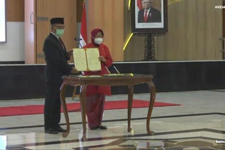 Menteri Koordinator Bidang Pembangunan Manusia dan Kebudayaan (Menko PMK) Muhadjir Effendy serahkan jabatan Menteri Sosial ke Tri Rismaharini, Rabu (24/12/2020).