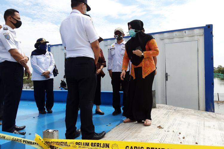 Bupati Kendal, Mirna Annisa, saat melihat jembatan timbang ilegal. KOMPAS.COM/SLAMET PRIYATIN