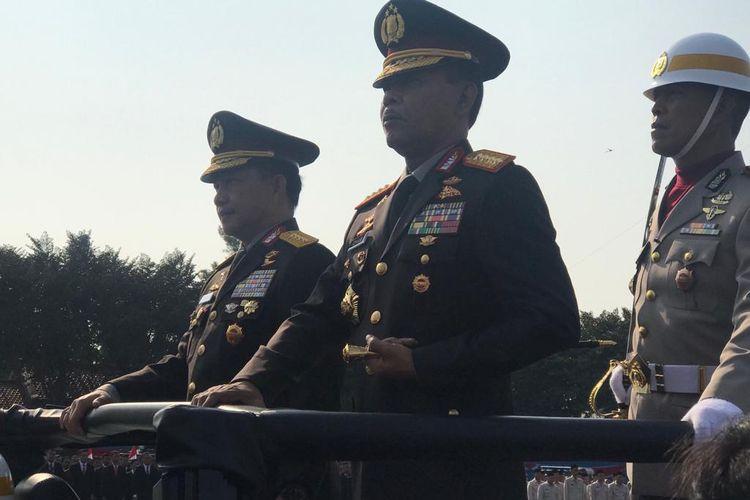 Mantan Kapolri Jenderal Pol (Purn) Tito Karnavian dan Kapolri baru, Jenderal Pol Idham Azis, menghadiri upacara penyerahan panji-panji Polri di lapangan Mako Brimob Kelapa Dua, Depok, Jawa Barat, Rabu (6/11/2019).