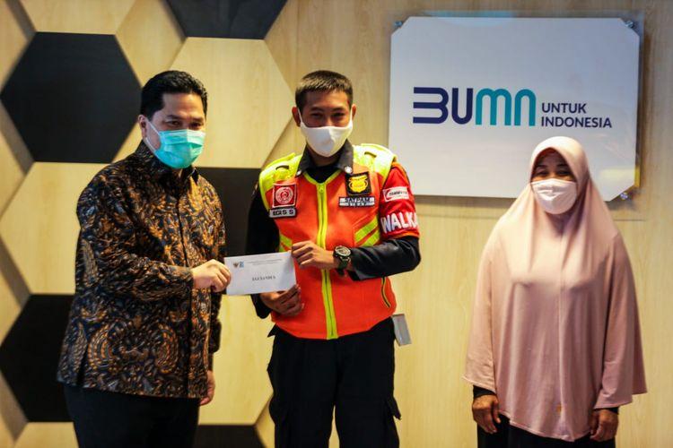 Menteri BUMN Erick Thohir saat memberikan apresiasi kepada Egi Sandi, petugas KRL yang menemukan uang Rp 500 juta, Senin (13/7/2020).