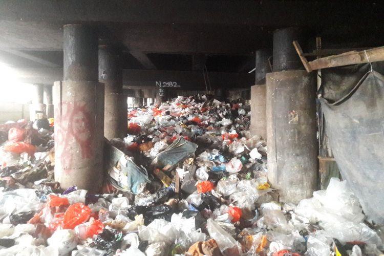 Hamparan sampah memenuhi lahan di kolong Tol Pelabuhan di kawasan Warakas, Tanjung Priok, Jakarta Utara, Rabu (18/4/2018) sore.