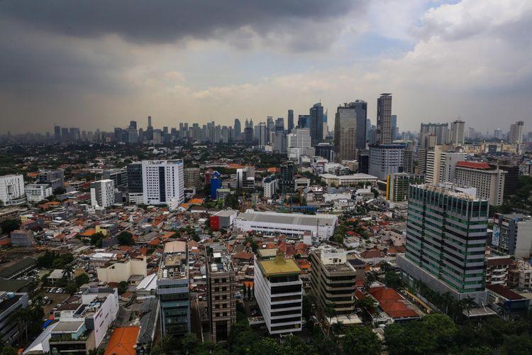 Pemandangan gedung bertingkat dengan gumpalan awan hitam yang menggelayut diatas langit Kota Jakarta terlihat dari Perpustakaan Nasional, Jakarta Pusat, Rabu (8/11/2017). Badan Meteorologi Klimatologi dan Geofisika (BMKG) menghimbau kepada masyarakat agar mewaspadai cuaca buruk berupa hujan disertai kilat atau petir dan angin kencang berpotensi melanda sebagian wilayah di Jabodetabek. KOMPAS.com/GARRY ANDREW LOTULUNG