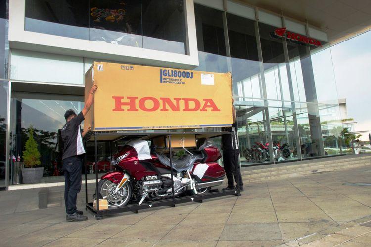 Unboxing dua unit Honda Gold Wing model terbaru sebelum diserahkan kepada dua pembeli pertama, di showroom Astra Motor Astra Biz Center BSD, Tangerang Selatan, Jumat (20/4/2018).