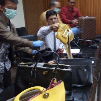 Barang bukti pencucian uang berupa tas mewah milik Bupati Kutai Kartanegara Rita Widyasari ditunjukkan dalam jumpa pers di Gedung KPK Jakarta, Selasa (16/1/2018).