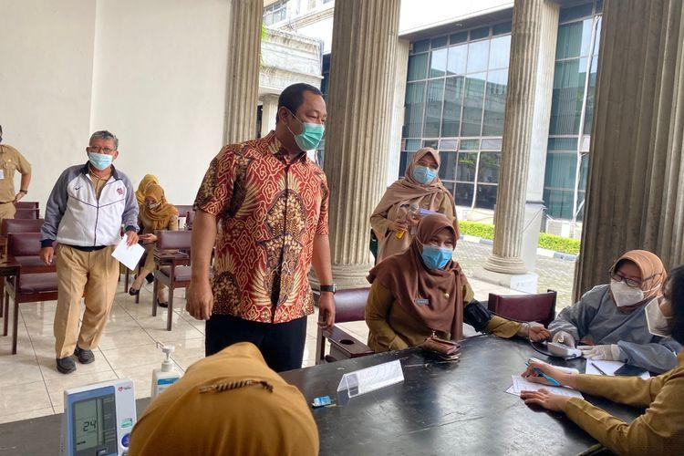 Wali Kota Semarang Hendrar Prihadi ketika menungjungi penyuntikan kedua vaksinasi tahap 2 di Balai Kota Semarang, Senin (8/3/2021).