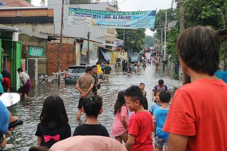 Banjir di wilayah Sukabumi Selatan, Kebon Jeruk, Jakarta Barat, Rabu (1/1/2020) siang. Banjir masih setinggi lutut orang dewasa.