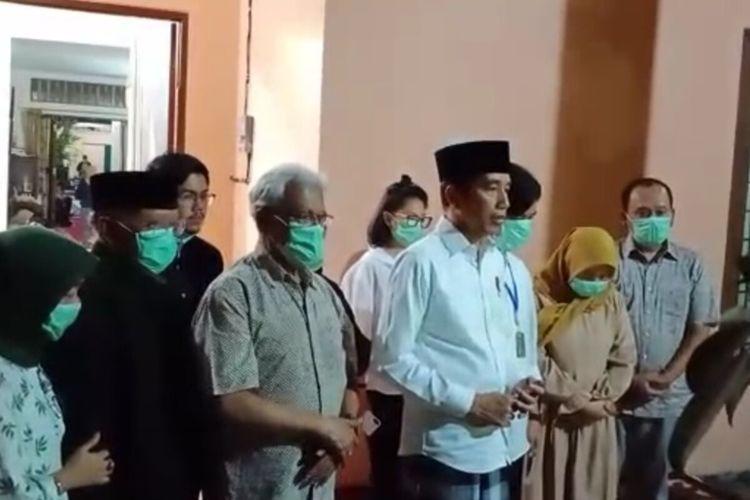 Presiden Jokowi saat memberikan keterangan pers terkait meninggalnya sang ibunda Sujiatmi Notomiharjo di rumah duka Jalan Pleret Raya No 9 A Kelurahan Sumber, Kecamatan Banjarsari, Solo, Jawa Tengah, Rabu (25/3/2020) malam.