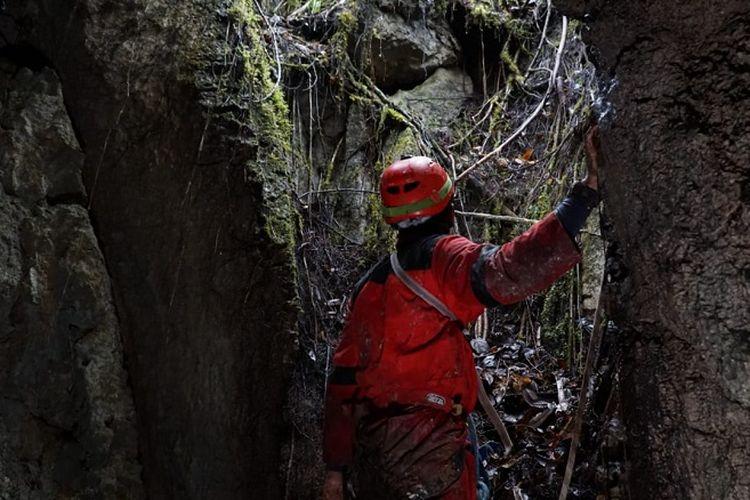 Penelusur goa Mapala UI berada di mulut gua di kawasan karst Testega, Pegunungan Arfak, Papua Barat.