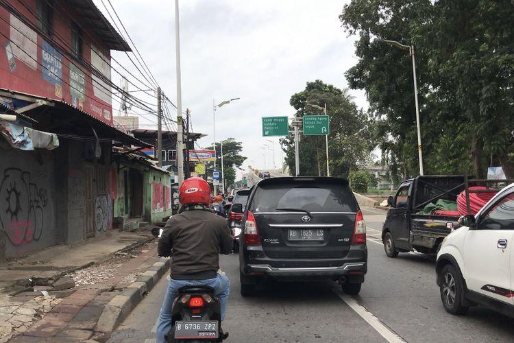 Kondisi Lalu lintas di sekitar Flyover Lenteng Agung, Jagakarsa, Jakarta Selatan pada Minggu (31/1/2021).