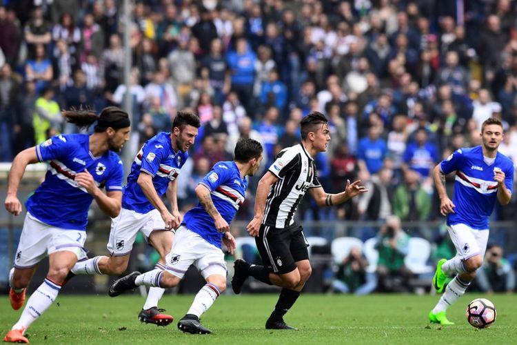 Penyerang Juventus, Paulo Dybala, mengontrol bola saat melawan Sampdoria pada partai lanjutan Serie A - kasta pertama Liga Italia, Minggu (19/3/2017).