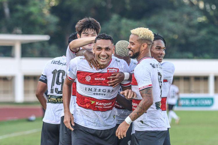 Bek Madura United, Jaimerson da Silva Xavier, melakukan selebrasi pada laga Liga 1 2021-2022 kontra  PSS Sleman di Stadion Madya, Senayan, Sabtu (25/9/2021).