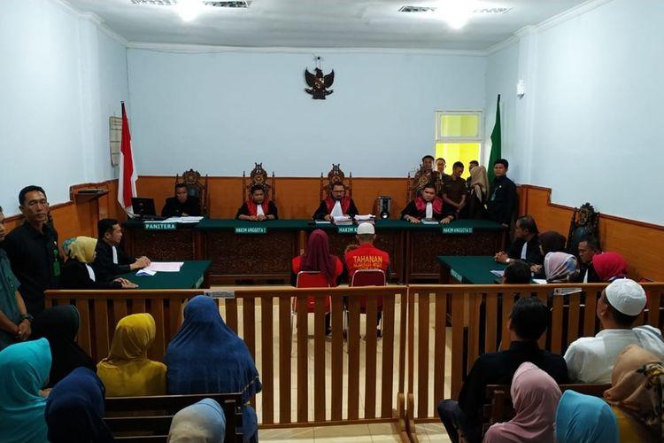 Sidang vonis Tika Herli (31) dan Riko Apriadi (20) dua terdakwa kasus pembunuhan Ponia (31)  dan Selvia (20) yang merupakan ibu dan anak di Pengadilan Negeri Pagaralam, Selasa (20/8/2019). Dalam vonis tersebut, hakim menjatuhkan keduanya dengan hukuman mati.