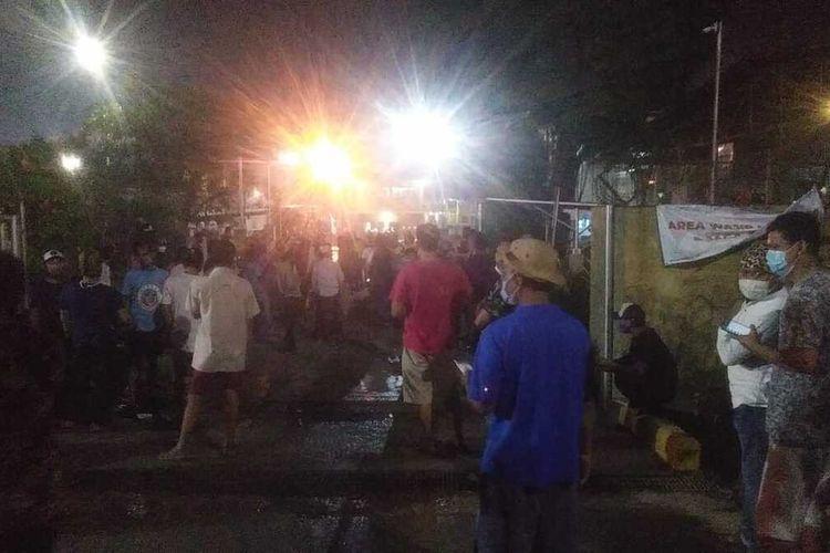Ratusan warga di Kecamatan Klapanunggal dan Kecamatan Gunungputri menyatroni pabrik pengolahan Limbah B3 yang diduga menjadi penyebab bau tak sedap di Kabupaten Bogor, Jawa Barat, Jumat (19/3/2021) malam.