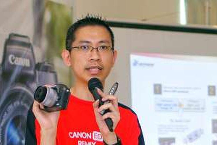 Sintra Wong, Manager Canon Image Communication Division PT Datascrip dengan kamera EOS M5.