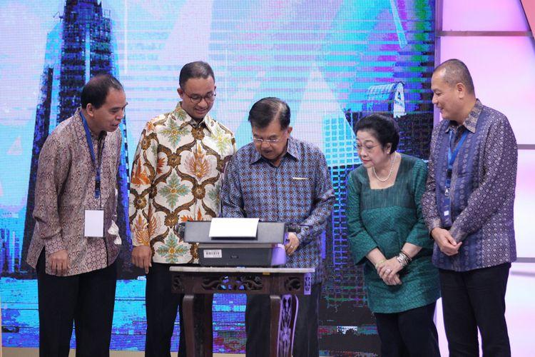 Wakil Presiden Jusuf Kalla (ketiga dari kanan), Gubernur DKI Jakarta Anies Baswedan (kedua dari kiri), Presiden RI ke 5 Megawati Soekarnoputeri (kedua dari kanan) dan CEO Kompas Gramedia Lilik Oetama (pertama dari kanan) saat meresmikan Menara Kompas, gedung baru Kompas Gramedia, di Palmerah, Jakarta Pusat, Kamis (26/4/2018). Peresmian Menara Kompas ditandai dengan pengetikan kata Kompas menggunakan mesin ketik bersejarah oleh Wapres.