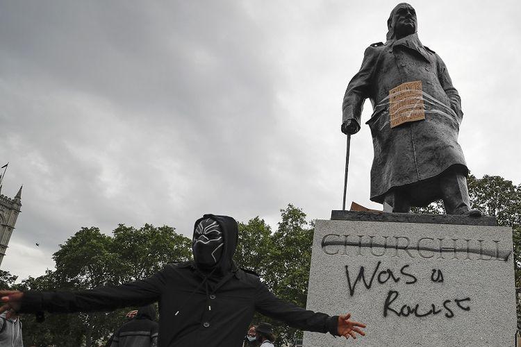 Para pengunjuk rasa berkumpul di sekitar patung Winston Churchill di Parliament Square selama demonstrasi protes Black Lives Matter di London, Minggu, 7 Juni 2020. Unjuk rasa dilakukan sebagai tanggapan atas pembunuhan baru-baru ini oleh George Floyd oleh petugas polisi di Minneapolis, AS, yang telah menyebabkan protes di banyak negara dan di seluruh AS.