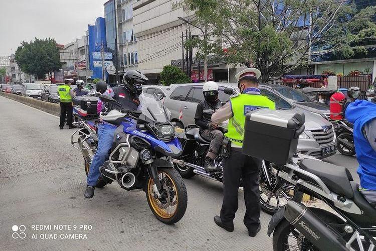 Rombongan moge ditilang setelah menerobos jalur TransJakarta di daerah Cideng, Jakarta Pusat