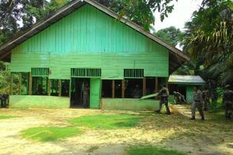 Satuan polisi pamong praja Aceh Singkil menertiban salah satu gereja di Kecamatan Suro, Aceh Singkil, Aceh