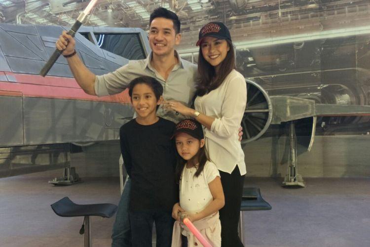Andrew White, Nana Mirdad, dan dua anak mereka saat menghadiri perayaan kehadiran Star Wars: The Last Jedi di Mal Kelapa Gading 3, Jakarta Utara, Minggu (17/12/2017)