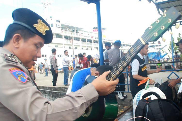 Personil Polsek KPN Polres Parepare, memeriksa Barang Bawaan Pemudik dari Malaysia dan Kalimantan