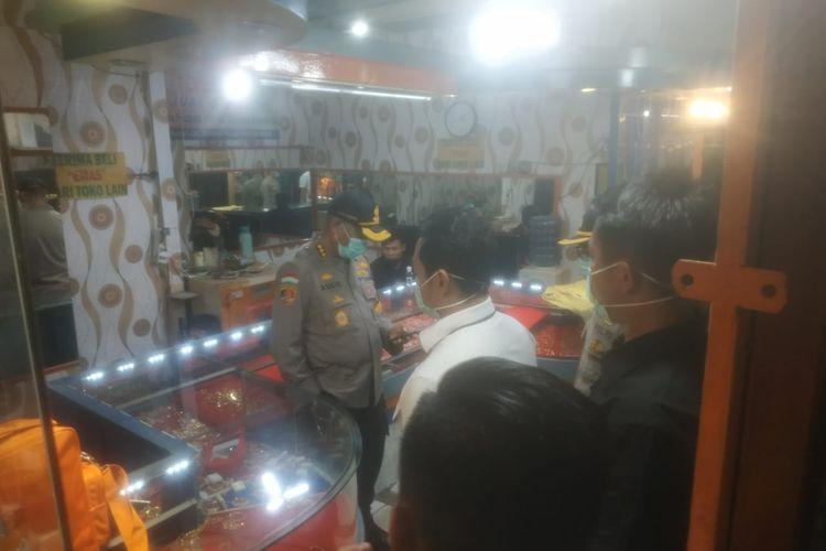 Kapolres Metro Jakbar Kombes Pol Audie S Latuheru meninjau toko emas yang dirampok di Pasar Kemiri, Kembangan, Jakarta Barat, Senin (6/4/2020) siang