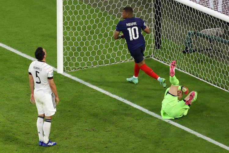 Bek Jerman Mats Hummels bereaksi setelah mencetak gol bunuh diri pada laga Grup Euro 2020 antara Perancis dan Jerman di Allianz Arena, Muenchen, pada Rabu (15/6/2021) dini hari WIB.