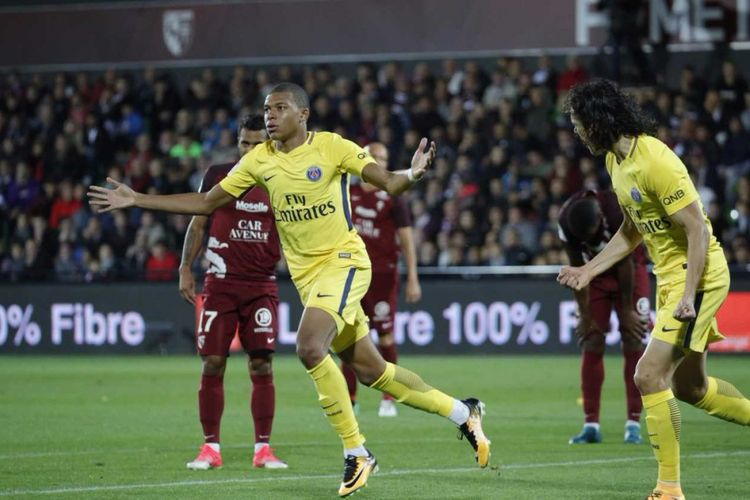 Rekrutan anyar PSG, Kylian Mbappe, merayakan golnya ke gawang Metz, Jumat (8/9/2017).